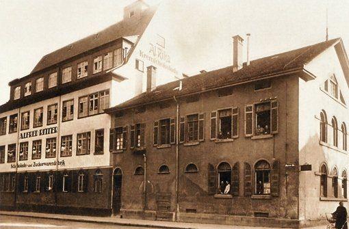 Auch die Firma Ritter, die heute in Waldenbuch produziert, hatte ihre Anfänge in Stuttgart, genauer gesagt in Bad Cannstatt. 1912 gründete der Konditormeister Alfred Ritter dort seine Schokoladen-Fabrik.  Auf diesem Bild sieht man links das erste Geschäftshaus. Foto: Ritter Sport
