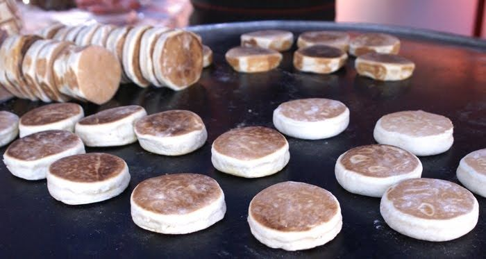 Ingredientes   ½ taza de natas    ½ taza de crema  1 taza azúcar    3 huevos.  3 cucharadas de polvo para hornear.    700 gramos ...