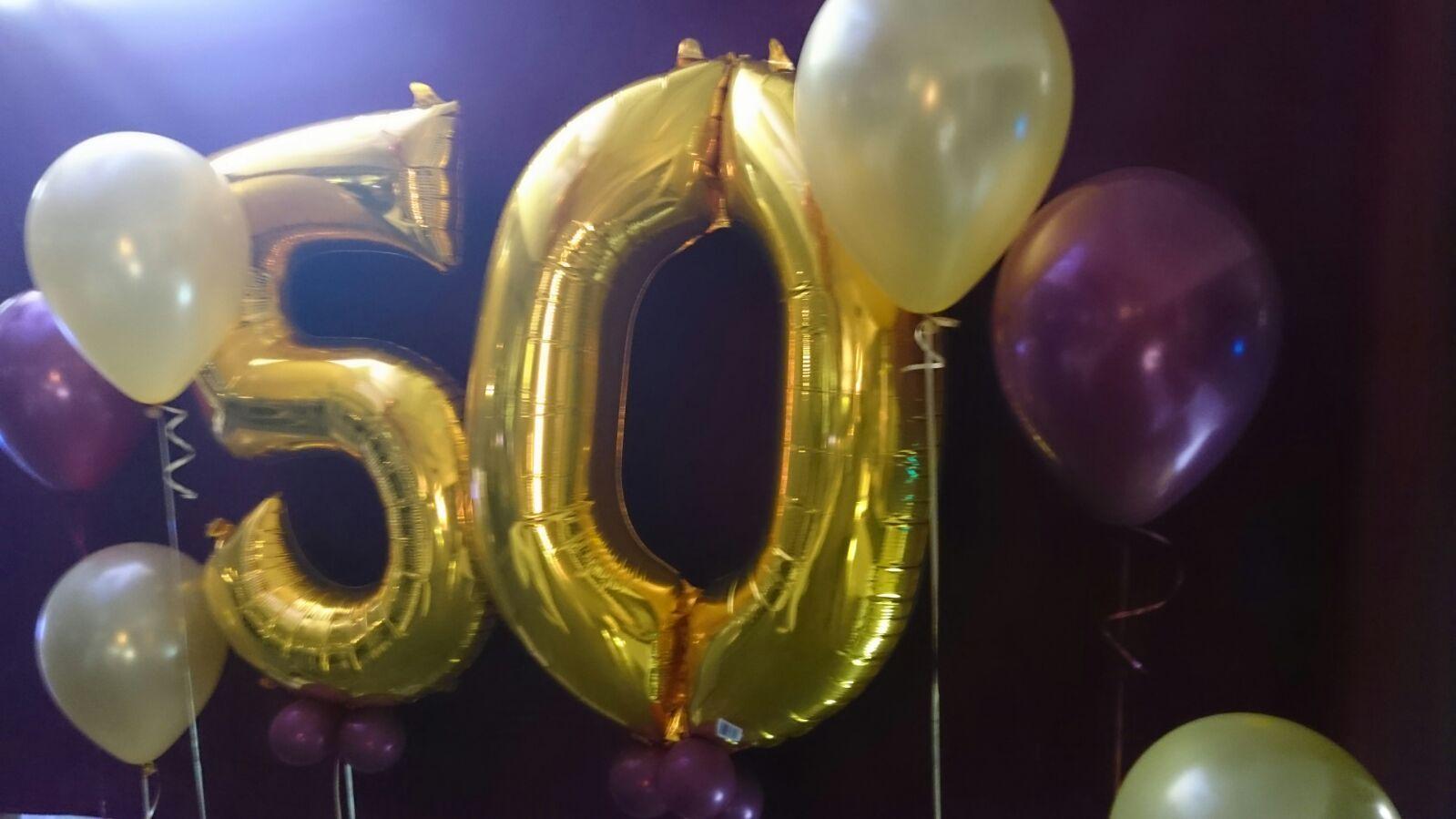 Photocall 50 a os con fondo terciopelo granate globos for Decoracion con globos 50 anos