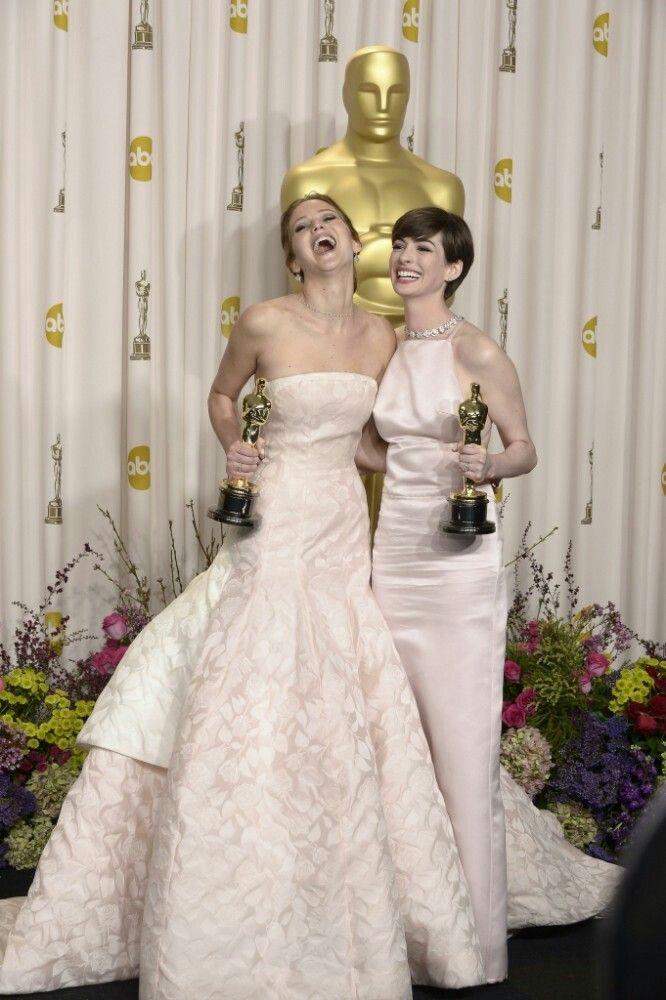 Anne Hathaway y Jennifer Lawrence Oscars 2013 | Robes d ...