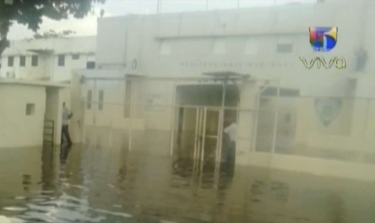 Carcel de la victoria se encuentra totalmente inundada por las intensas lluvias
