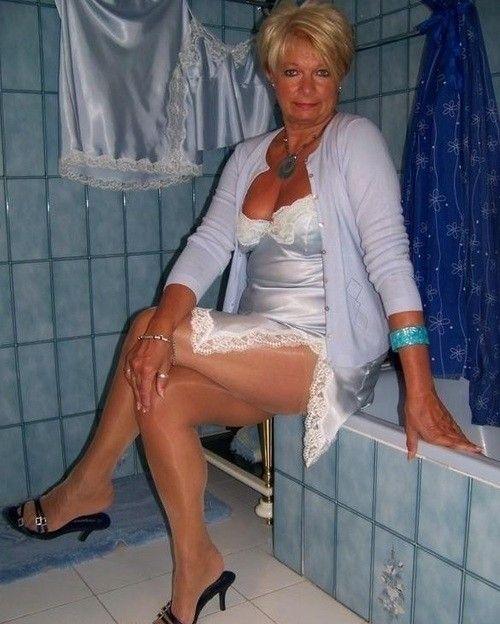 Enkelsöhne ficken ihre Oma flach
