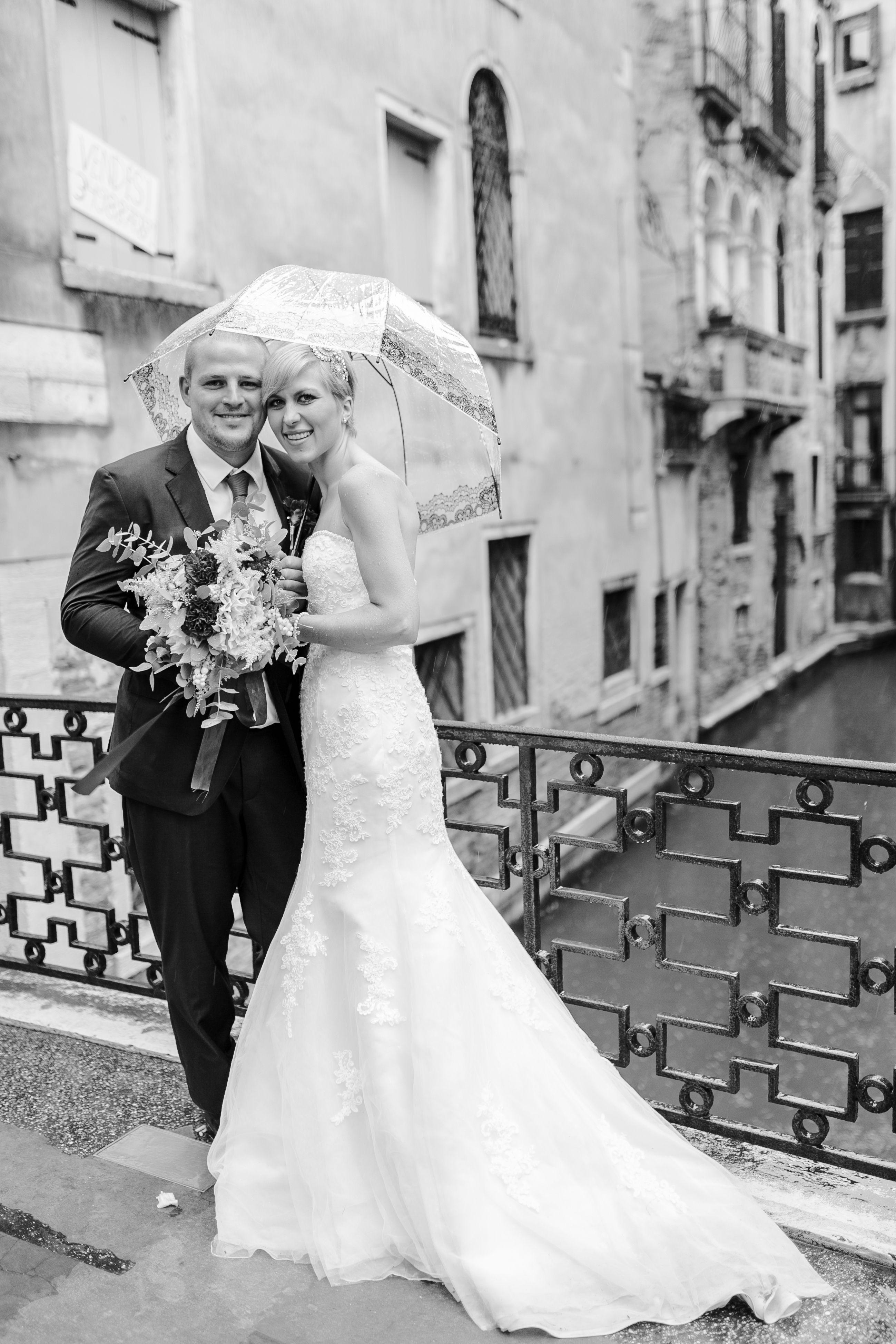 After-Wedding-Shooting, in Venedig, bei Regen, Brücke, Regenschirm, Kanal,