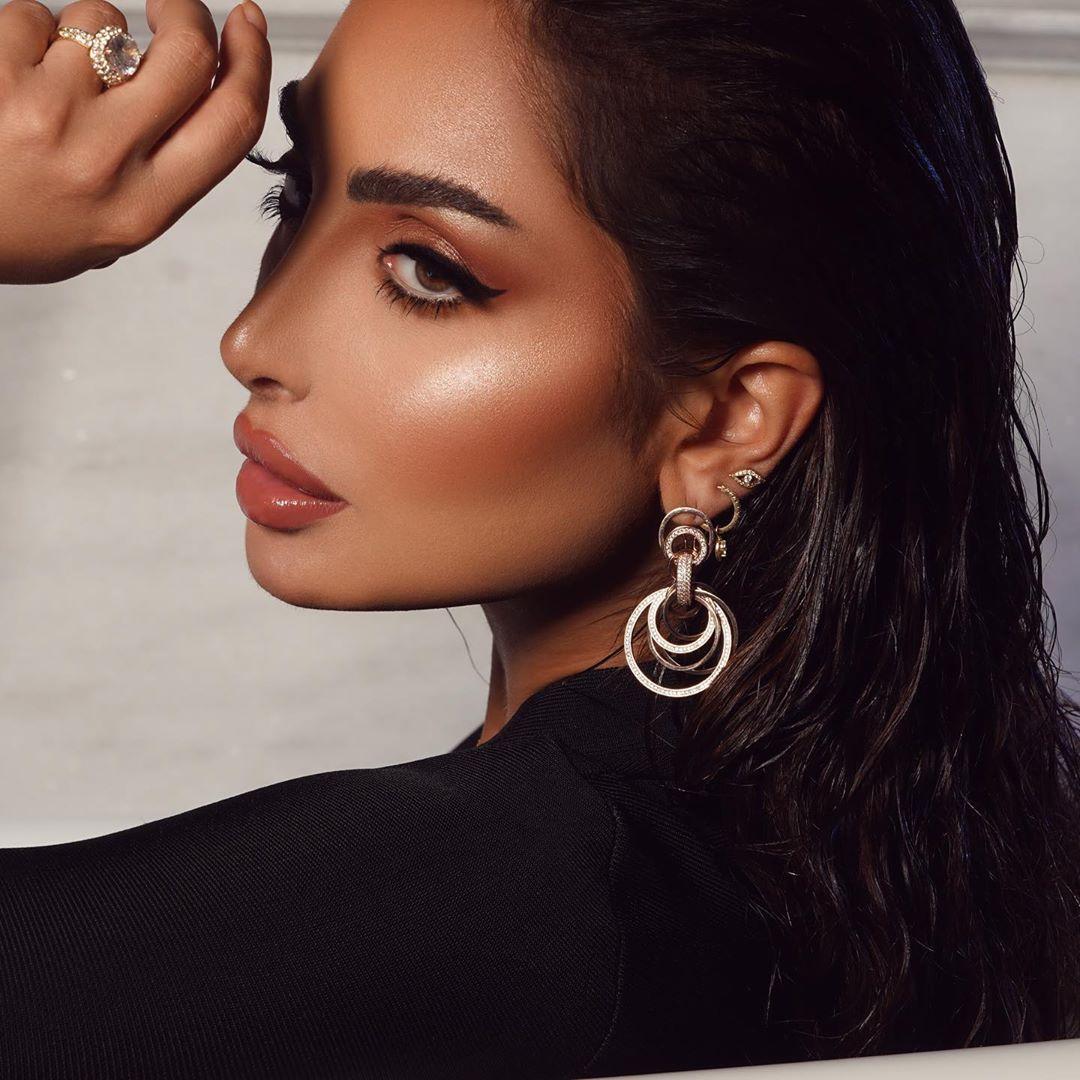 8 519 Likes 742 Comments نـور الـغندور Nour On Instagram يـلا نـلعب شـوي شـنو الـشي الـي يخلـيك ج تتـابعني Hoop Earrings Jewelry Earrings
