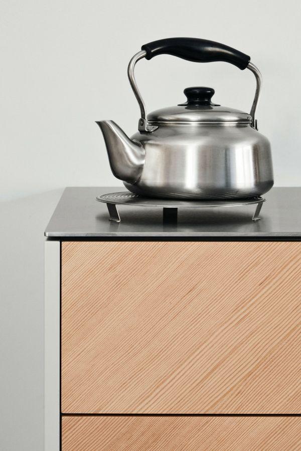 Schlichte Holz-Küche mit Kochinsel in modernem Design