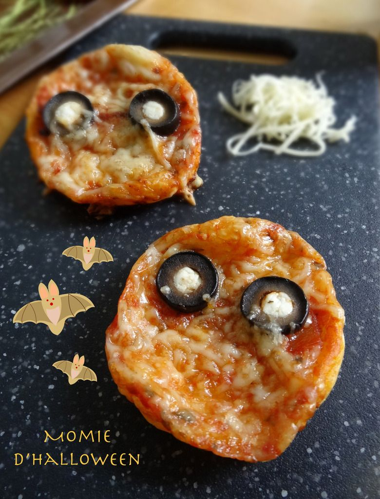 recettes d 39 halloween pizzas momies halloween pizza. Black Bedroom Furniture Sets. Home Design Ideas
