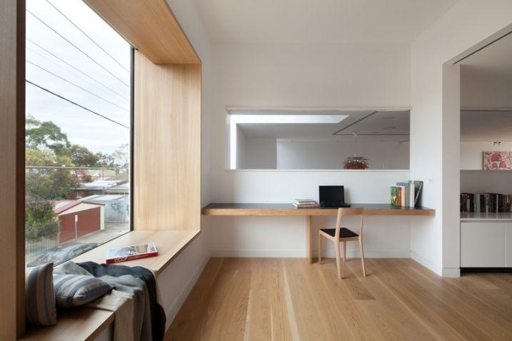 Conversion de lu0027ancien garage Une large fenêtre et une porte d