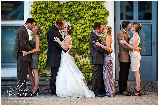 """Nuestra foto de la semana fue tomada en la boda de Irina y Udo en el Castillo Sayn, en Alemania. Una imagen en la que se respira mucho amor, y no solo por parte de los novios: los invitado también participaron en este encantador """"beso colectivo""""."""
