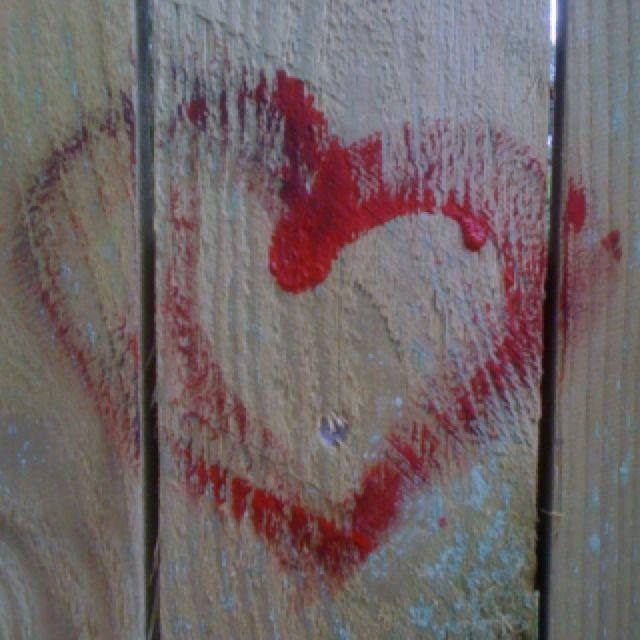 """Kategorien """"plankeværk"""". Et blodrødt hjerte - hurtigt tegnet med den sidste rest maling. Som et symbol på livet, dagen, vejen og døden. Prøver at komme i tanke om hvor billedet er fra ..."""