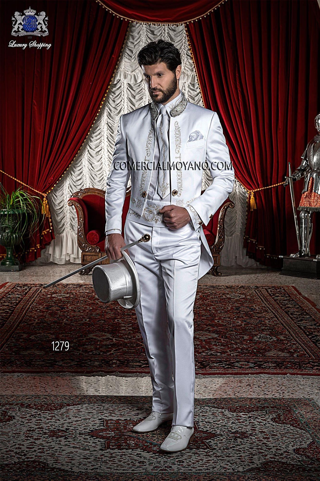 03f4fca955 Traje de novio Frac de raso blanco con bordado drako en oro y cuello mao  con pedrería