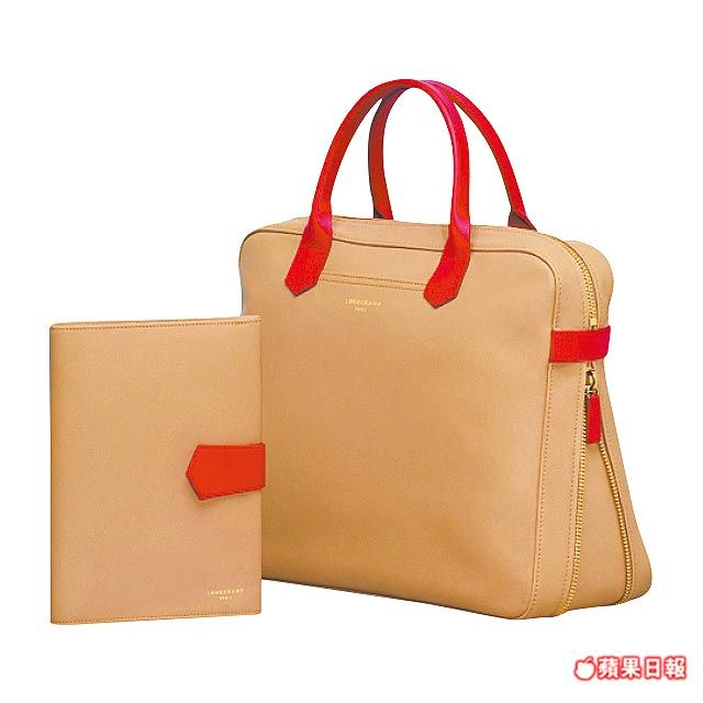 2.0系列米黃色與珊瑚紅飾邊手袋。(右)2萬900元、筆記本1萬300元