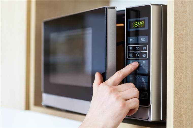 5 alimentos que não deve aquecer no micro-ondas