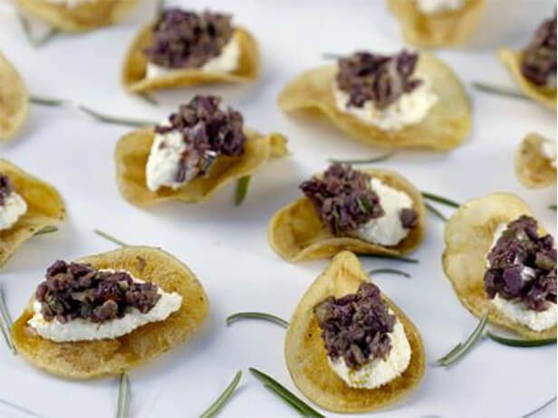 Batatinhas Chips com Queijo de Cabra e Azeitonas - Food Network