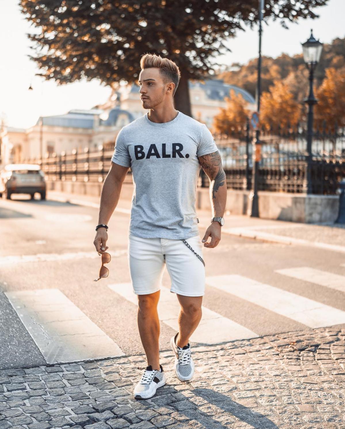 3d8aa45a0 Look streetwear com bermuda curta, ótima para ser usada agora no verão  2019. Vejam mais dicas de bermuda curta no blog Marco da Moda - Foto:  Avramovic Zoran