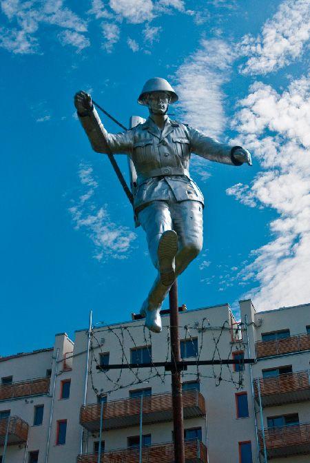 Berlin Hans Conrad Schuman Skulptur Von Florian Brauer Berliner Mauer Skulpturen Mauer