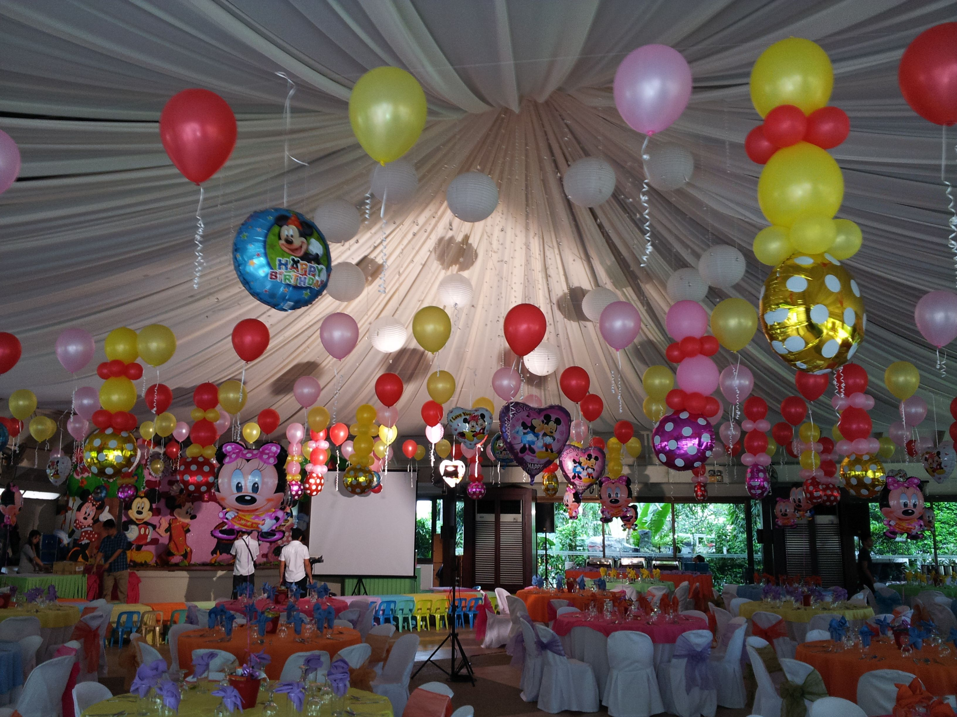 Balloon ceiling decor mickey minnie mouse party theme for Balloon decoration minnie mouse