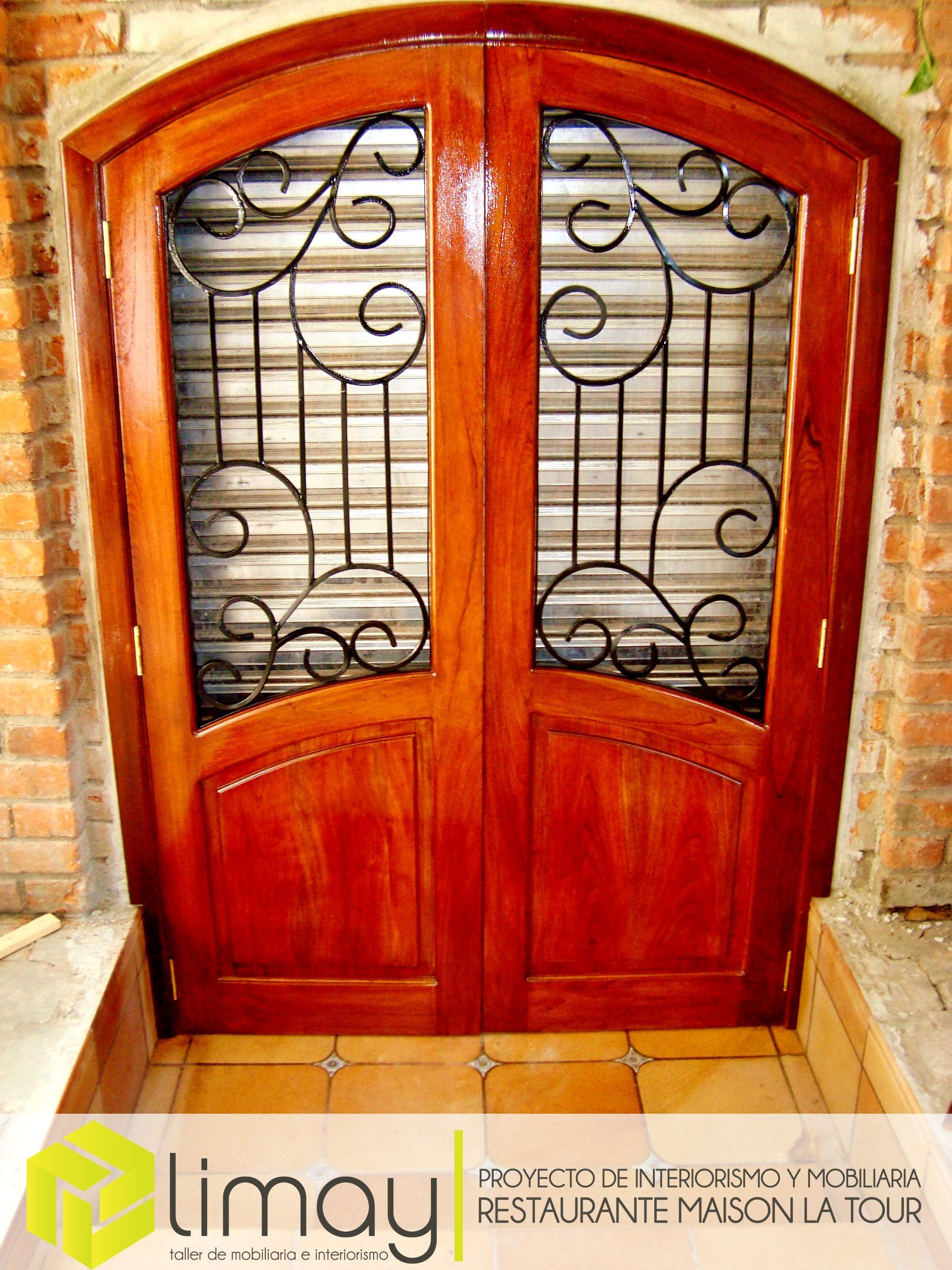 Puerta principal de acceso al restaurante fabricada en for Diseno de puertas de madera antiguas