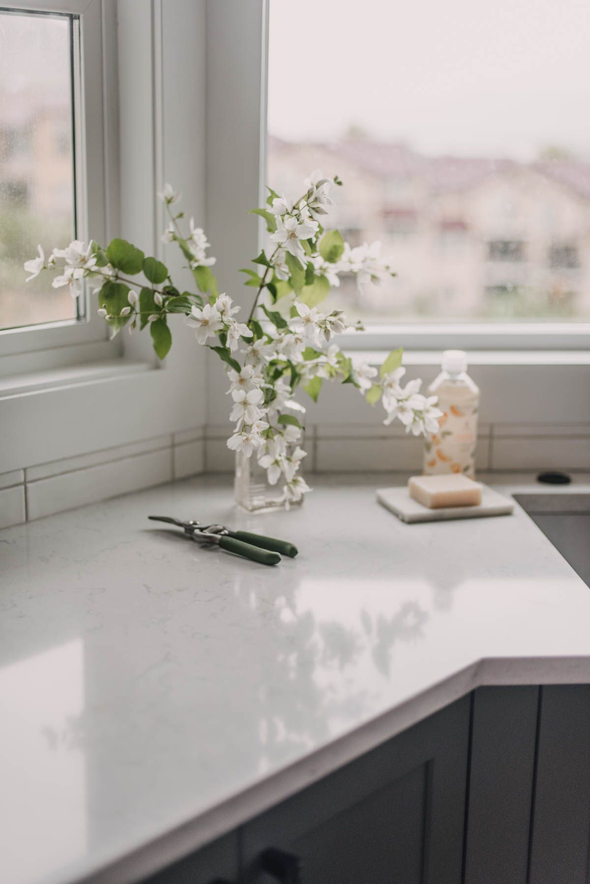 I'm excited to share my summer home tour! Sharing my minimal seasonal decorating (garden blooms!) and some changes we've had due to a flood since our last home tour (new floors!). #SummerHomeTour #SummerDecorIdeas #MinimalDecorIdeas