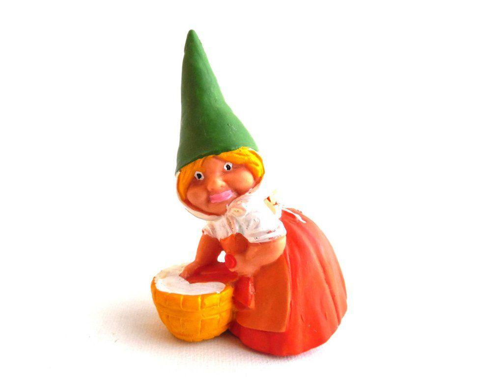 Female gnome doing laundry with orange dress. BRB/Startoys