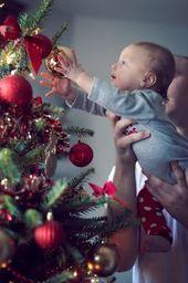 20 Ideen zum Fotografieren von Kindern mit dem Weihnachtsbaum –  Weihnachtsfoto Inspirationen – Mutters Macetes – Maes Macetes  – #babyfirst #baby…