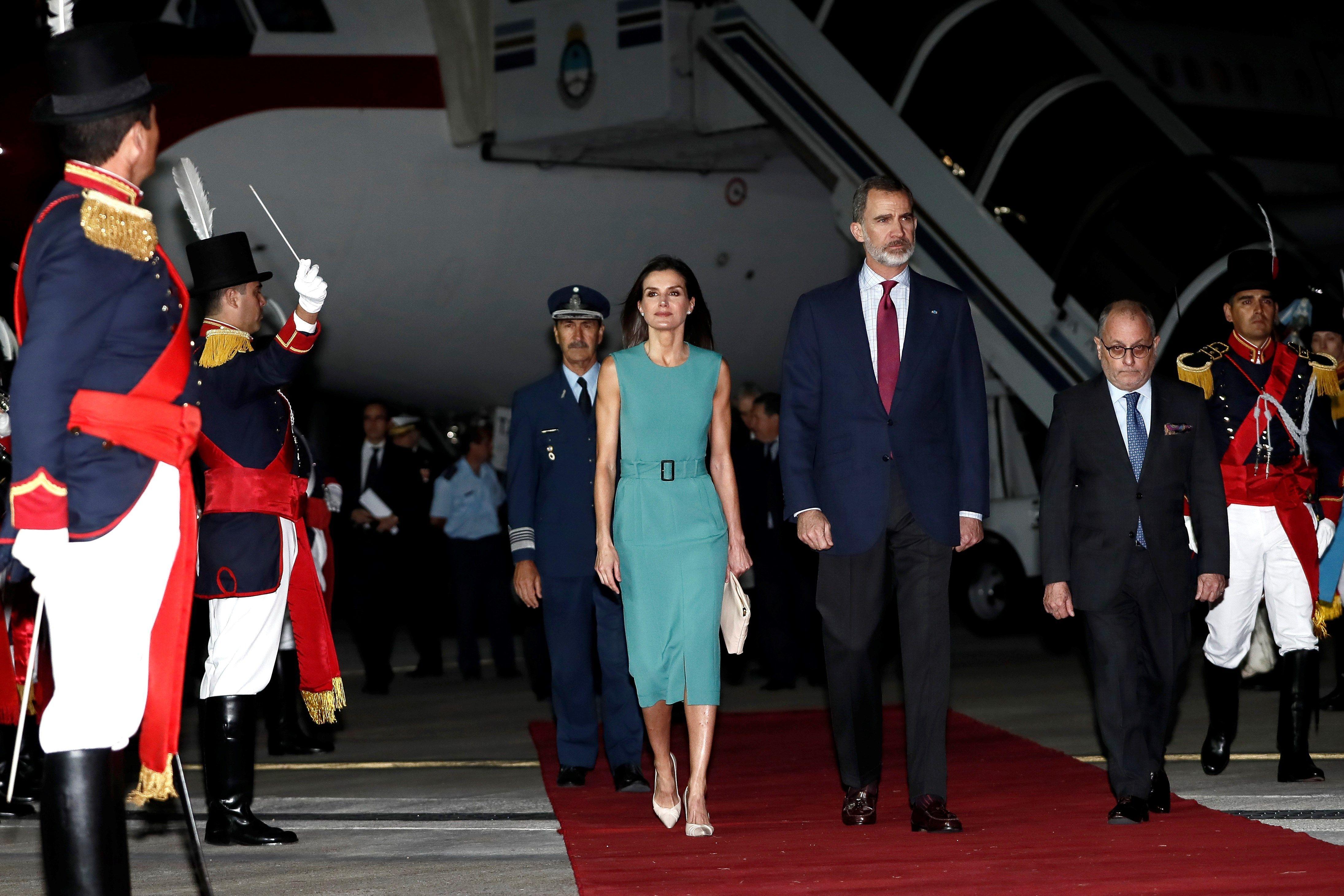 Por Una Escalera Los Reyes De España Tardaron Una Hora En Bajar De Avión Queen Letizia Princess Charlene Princess Victoria