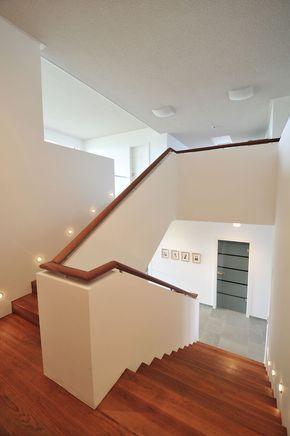 Treppe mit Brüstung als Geländer #als #Brüstung... - #als #Brüstung #Geländer #mit #podest #Treppe #eingangsbereichhausinnen