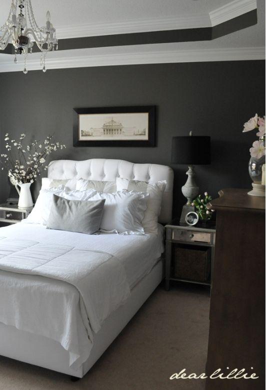 parete nera perfetta per dare risalto ad un letto bianco ...