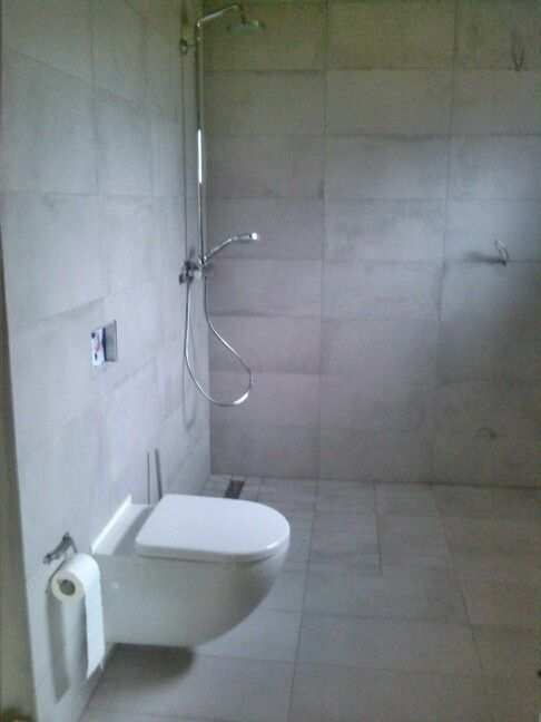Badezimmer: Wand- / Bodenfliesen, Dusche, WC, Vorbereitung für die ...