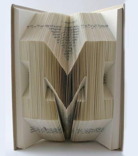Il Cree Des Lettres En Relief En Pliant Les Pages D Un Livre