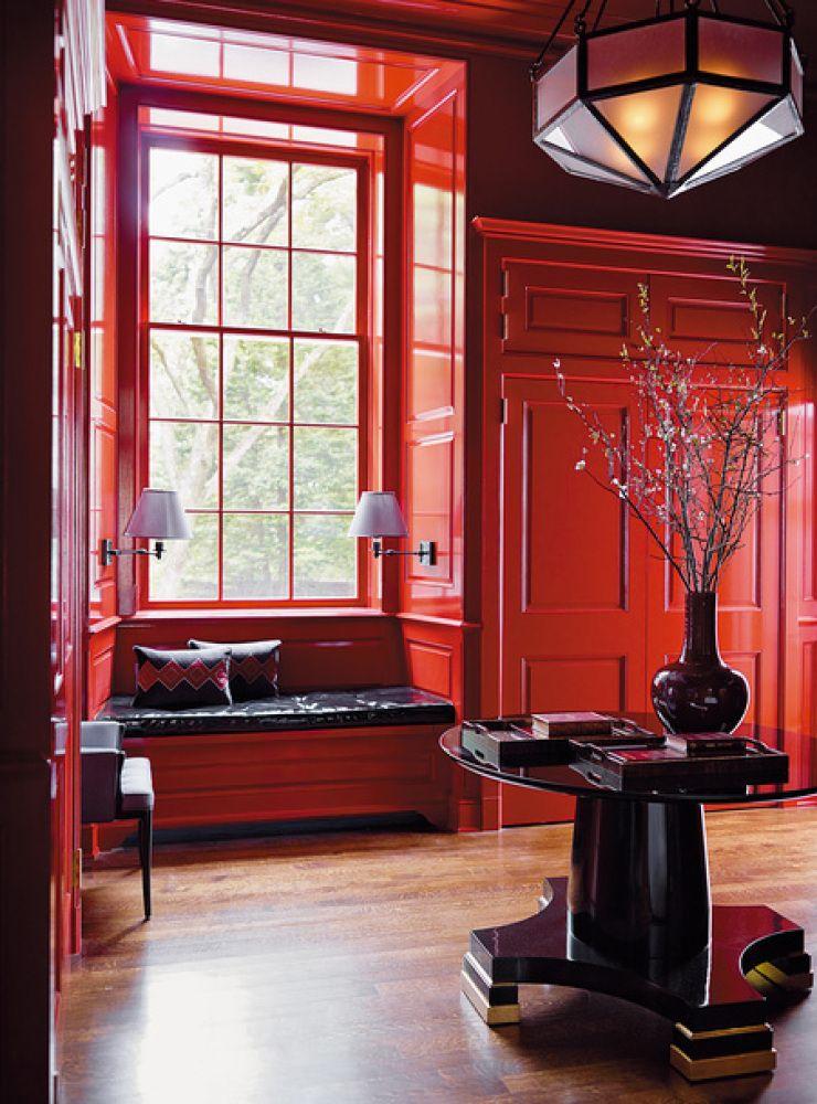 Décoration intérieure entrée hall couloir couleur coloré rouge red peinture murale porte