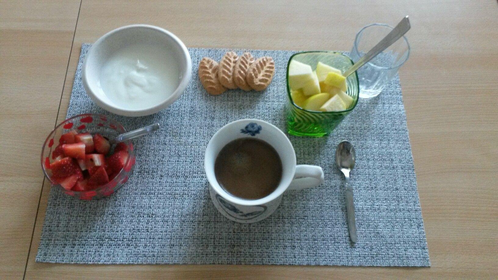 caffè #yogurt #fragole #mela #biscottimisura | Breakfast #time ...