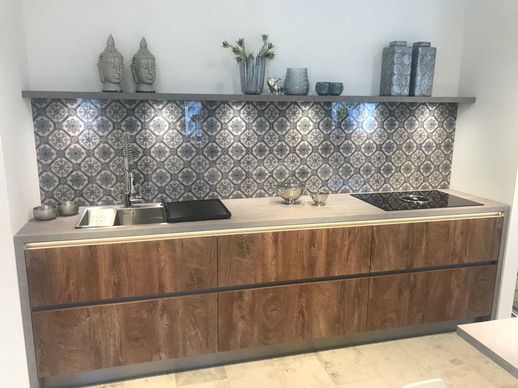 Küche Grifflos mit Holz Dekor Grain Cognac und Beton