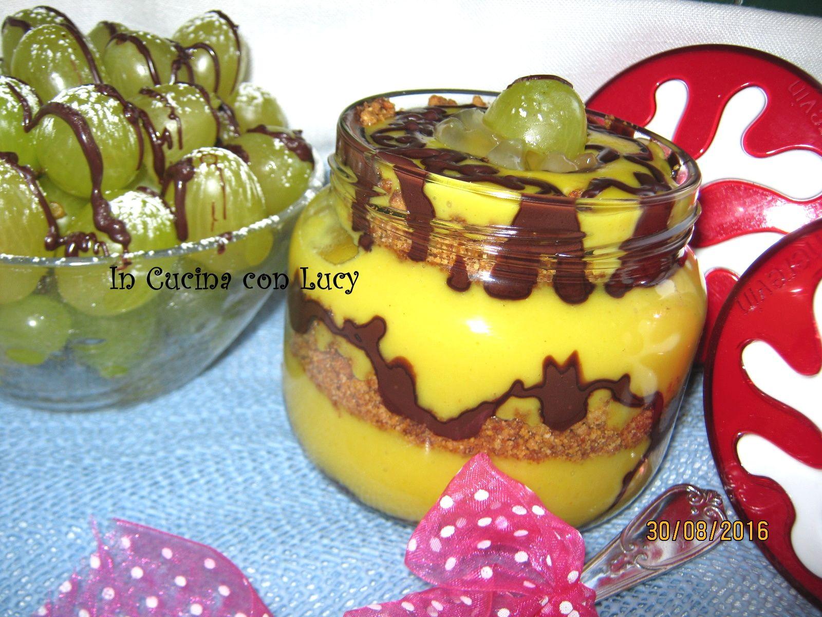 Crema+all'uva+con+streusel+di+mandorle+e+topping