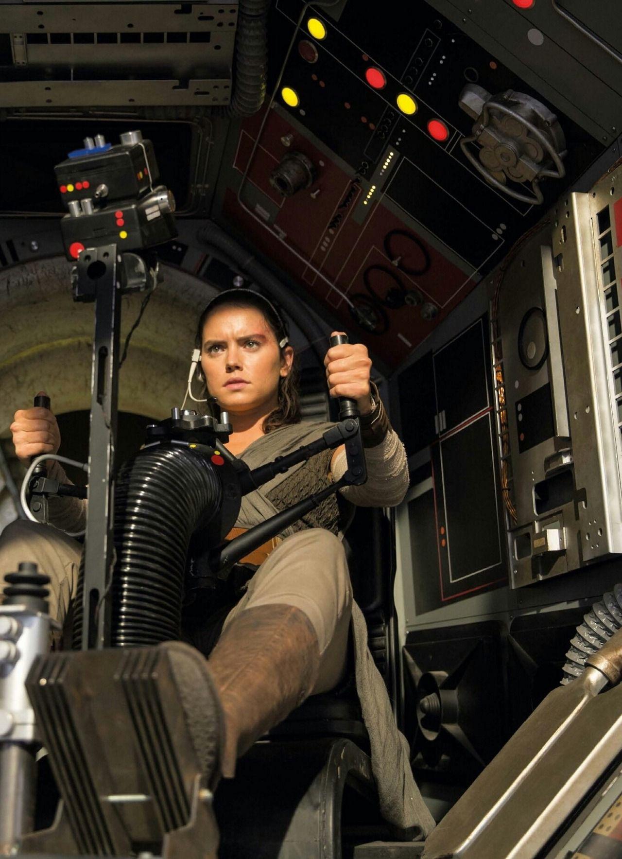 Daisy Ridley As Rey In Star Wars The Last Jedi Via Dailyrey Rey Star Wars Star Wars Movie Star Wars Vii