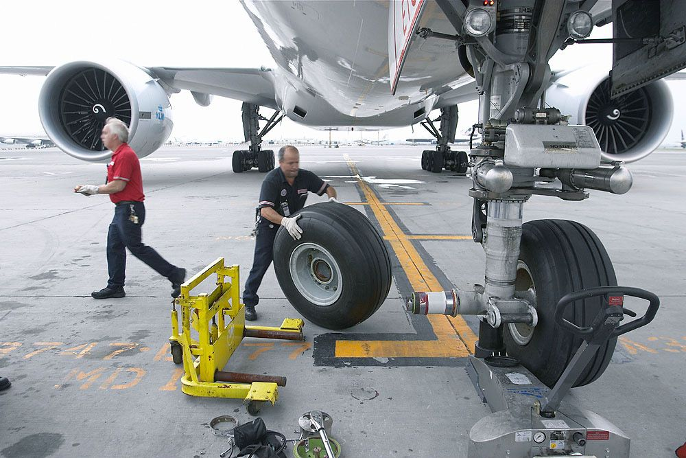 Changing A Tire On A B777 I Retired Just Before Fedex Started