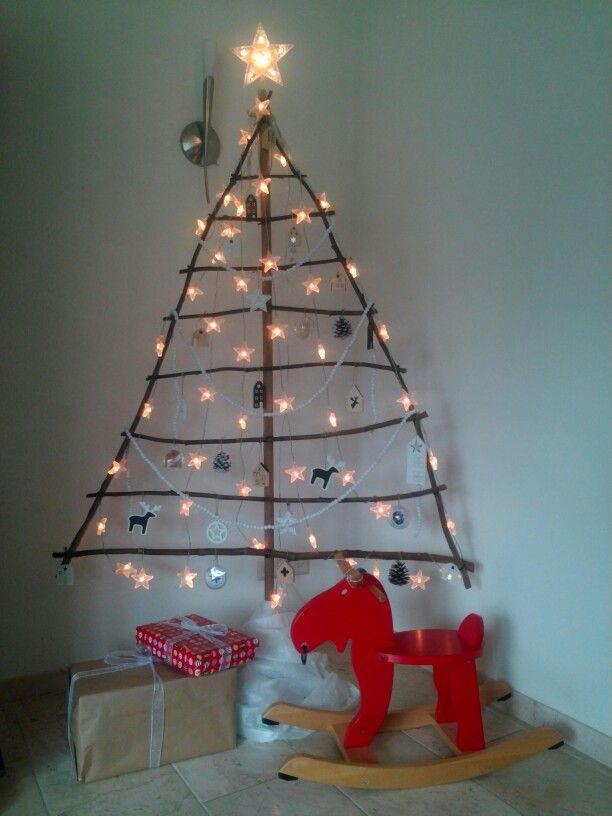 Zelfgemaakte Kerstboom Van Takken En Bezemsteel Versierd Met Diy Houten Huisjes Houten Kralen Etc Zelfgemaakte Kerstboom Kerst Zelfgemaakt