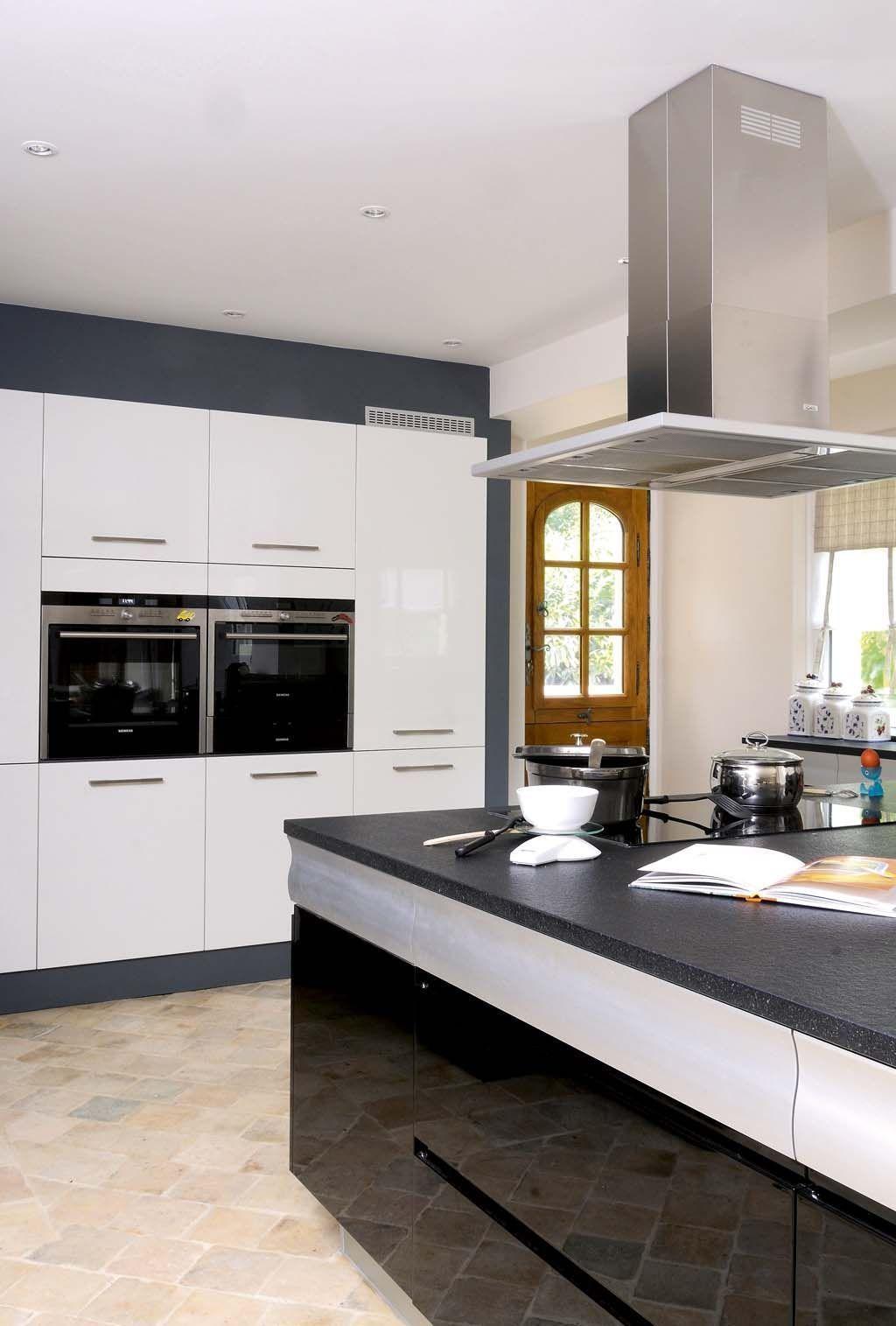 une cuisine moderne avec un sol en terre cuite plus de photos sur c t maison http petitlien. Black Bedroom Furniture Sets. Home Design Ideas