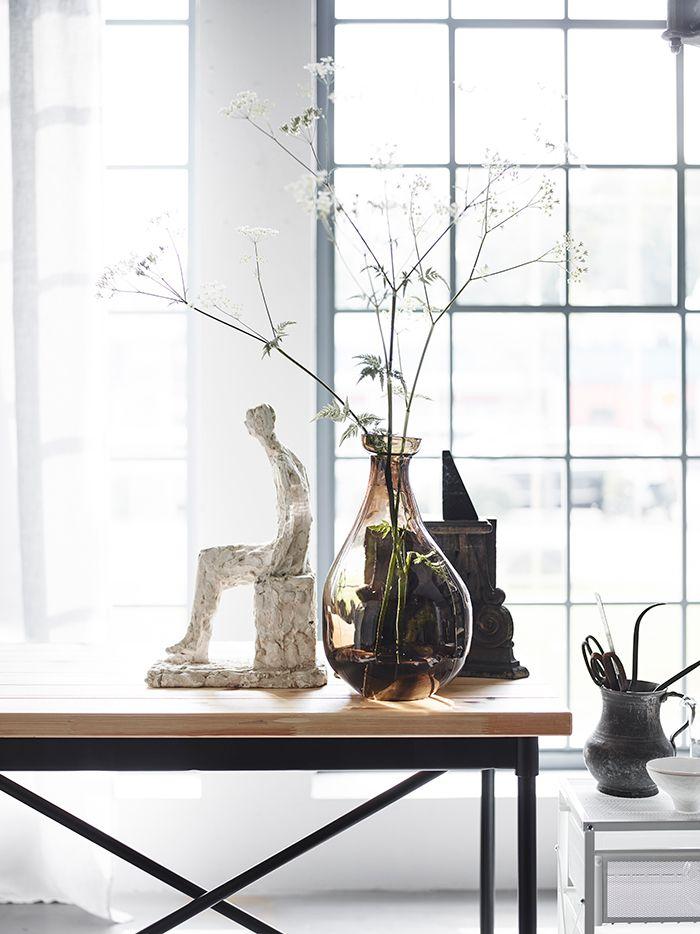 """Interior Stylist Tina Hellberg: """"Ik zie vooral dat industriele meubels zachter worden gemaakt door het toevoegen van persoonlijke items, zoals textiel, kunstobjecten, vazen met bloemen en foto's.""""   STUDIObyIKEA IKEA IKEAnl IKEANederland stylen styling trends trendwatching stoer industrieel meubels accessoires materialen KULLABERG bureau"""