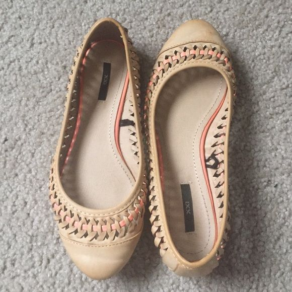 Classy woven flat shoes These shoes are very comfortable. Lightly worn and taken care of. The woven features have a little pink running through it. This look is great for spring and is practical yet elegant ! Bundle and save! Forever 21 Shoes Flats & Loafers