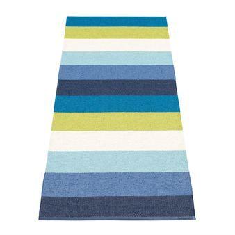 Molly Kunststoffteppich von Pappelina bringt mit seinem lebendigen Streifen-Muster in blauen Farbtönen Leben in Ihr Zuhause.