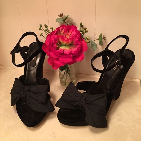 31bc6684eb11e BLACK VELVET JENNIFER LOPEZ HEELS BEAUTIFUL BLACK VELVET Jennifer Lopez  Stacked Heels With An Adorable Satin Bow. 5 1 2 Inch Heel. Gently Worn.