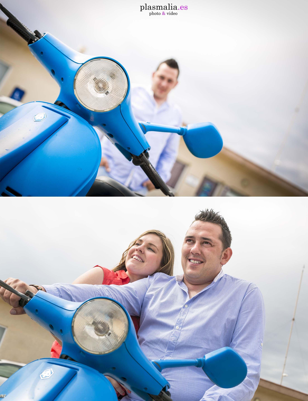 fotografía de preboda con los novios y una moto Vespa.