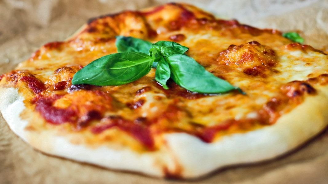 Fur Den Perfekten Pizzateig Braucht Tarik Rose Nur Wenige Zutaten Auf Die Zubereitung Kommt Es An So Werden Pizza Margherita Rezepte Pizza Teig Pizza Backen