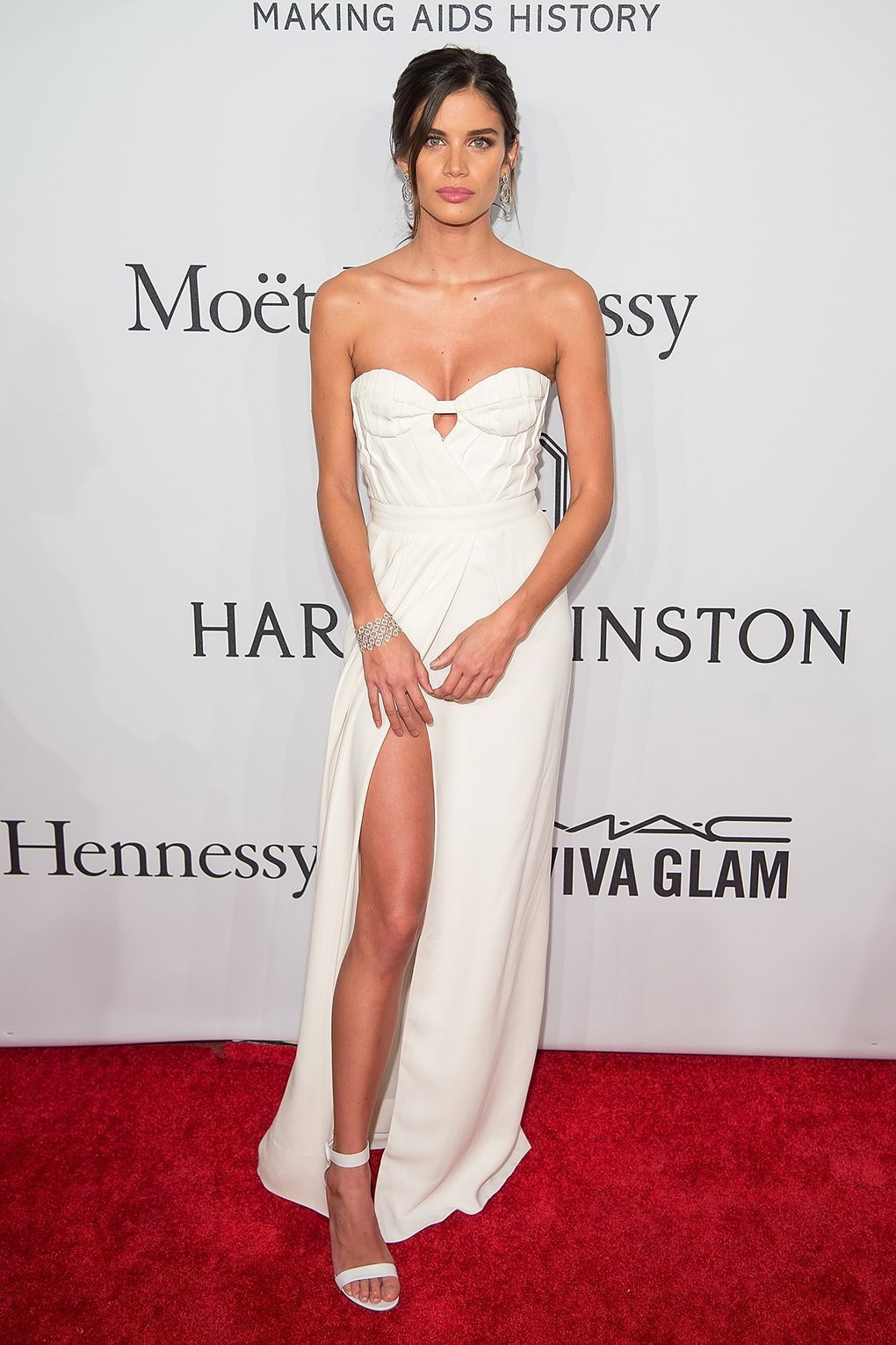 Sara wore white corseted Burberry for the amfAR New York gala.