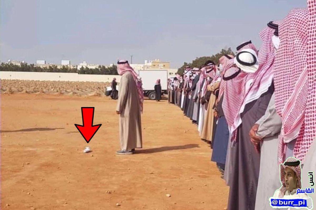 كل هذه الجموع من المسلمين يصلون صلاة الجنازة على طفل صغير مسلم بحجم كف اليد الحمد لله على نعمة الإسلام وما أعظمها من نعمة In 2021 Fashion Academic Dress Dresses