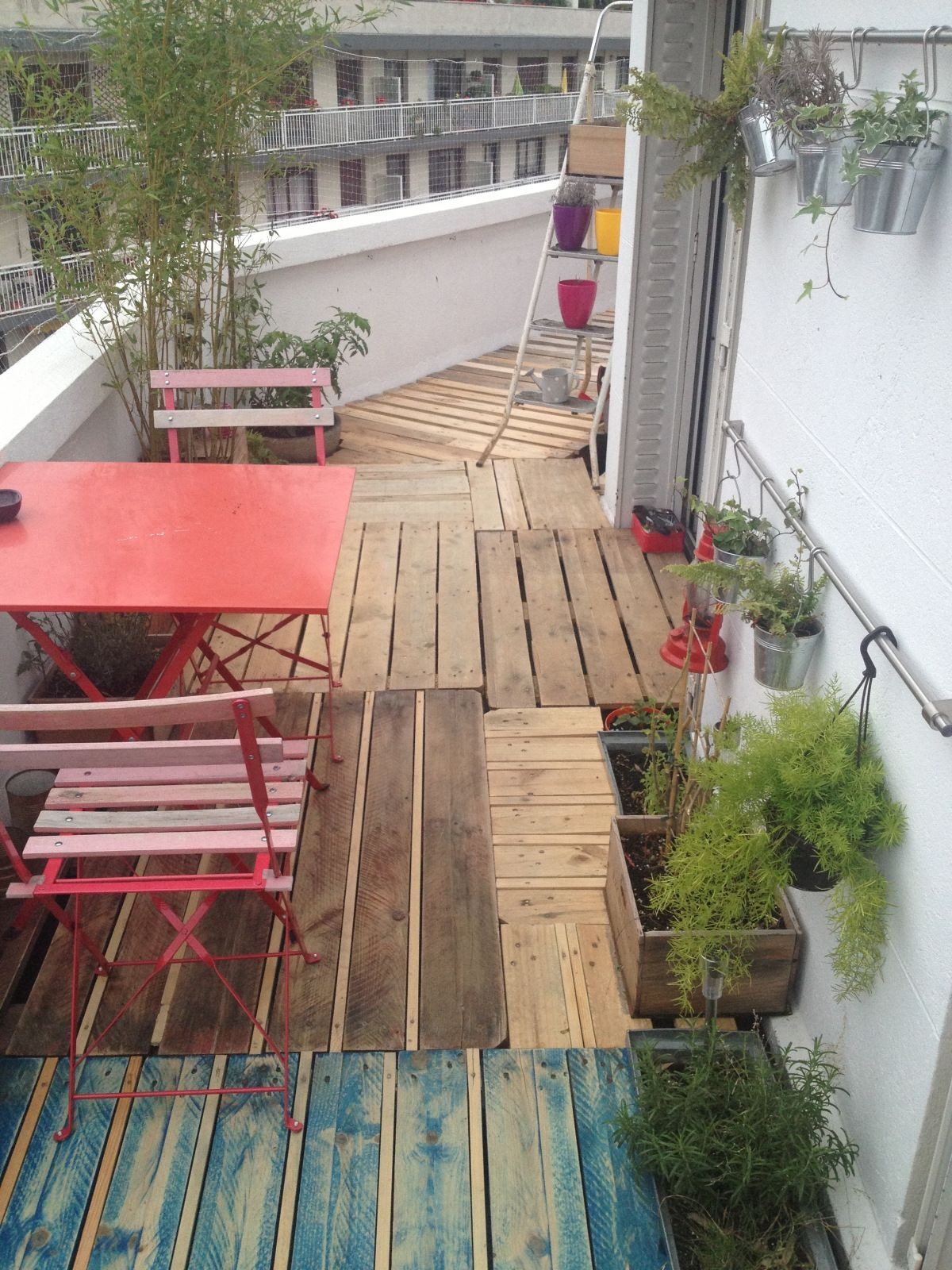 diy r aliser une terrasse avec des palettes. Black Bedroom Furniture Sets. Home Design Ideas
