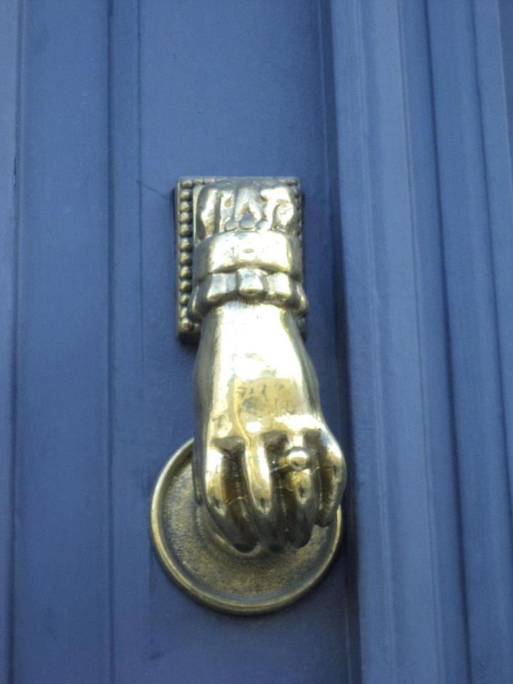 Battiporta a una vecchia porta di ingresso