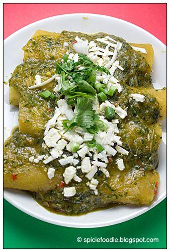 Enchiladas Verdes | Pasar 12 tortillas por aceite. Hervir 4 min 8 o 10 tomates verdes,  un chile verde, dos ramas de cilantro, 2 dientes de ajo y un pedazo de cebolla. Licuar y sofreir. Añadir crema y revolver. Agregar una cda. de consomé en polvo. Sumergir cada tortilla en la salsa y agregar pollo deshebrado, cerdo, papas cocidas o un pedazo de queso. Envolver. Bañar con la salsa restante y poner queso rallado y crema encima. |  http://www.wholeliving.com/133320/chicken-enchiladas-verdes