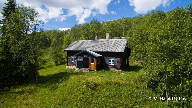 FINN – Håndlaftet og arkitektegnet hytte - lun beliggenhet med en flott utsikt