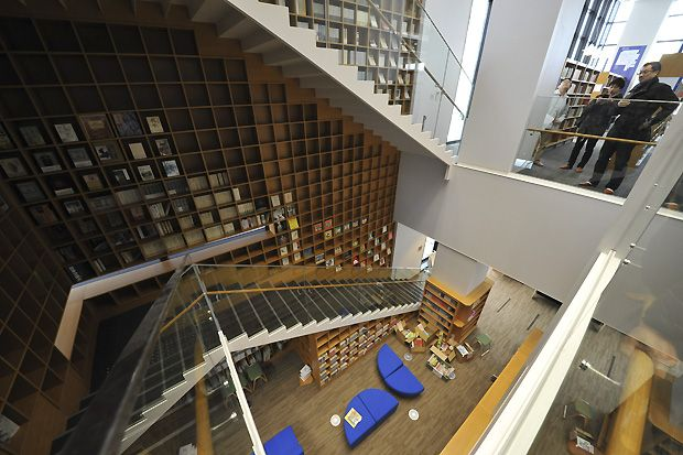 八尾市立図書館 階段 八尾 図書館